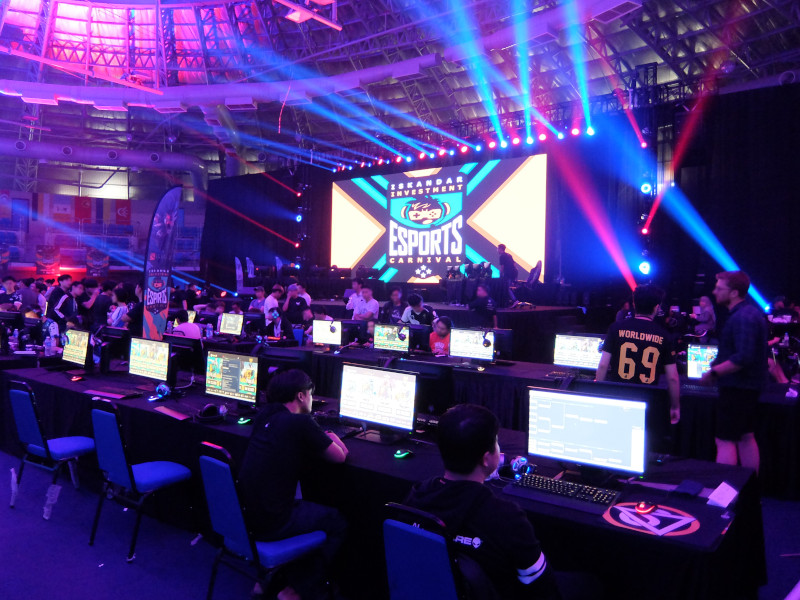 E-Sports Betting India - Large stadium with many players on computers